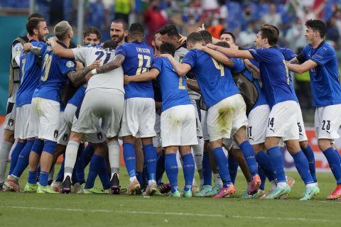 """Οι παίκτες της Ιταλίας πανηγυρίζουν την πρόκριση στους """"16"""" του Euro 2020"""