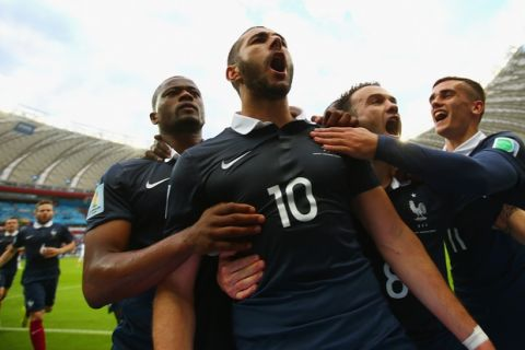 PORTO ALEGRE, BRAZIL - JUNE 15: Karim Benzema of France (2nd L) celebrates with teammates after scoring his team's first goal on a penalty kick during the 2014 FIFA World Cup Brazil Group E match between France and Honduras at Estadio Beira-Rio on June 15, 2014 in Porto Alegre, Brazil.  (Photo by Ian Walton/Getty Images)