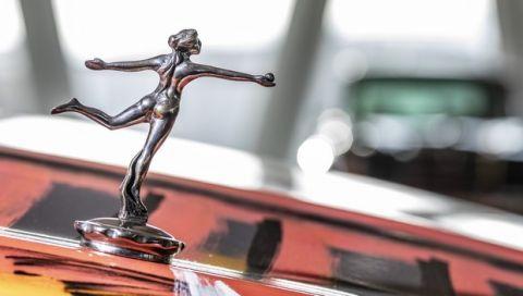Die Kühlerfigur: In den 1920er-Jahren wandeln sich Kühlerverschraubungen zu Schmuckstücken. Die Kleinskulpturen gibt es ab Werk, von Künstlern oder im Zubehörhandel. Exponat der 33 Extras im Mercedes-Benz Museum. (Fotosignatur der Mercedes-Benz Classic Archive: D587956)   The radiator emblem: In the 1920s, radiator fittings became works of art. These miniature sculptures were available ex works, from artists or in accessory shops. Exhibits in the 33 Extras at the Mercedes-Benz Museum (Photo signature in the Mercedes-Benz Classic archive: D587956)