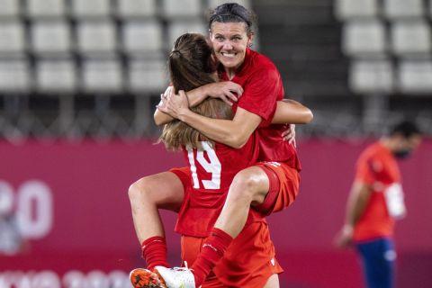 Οι παίκτριες του Καναδάς πανηγυρίζουν την κατάκτηση του Χρυσού Μεταλλίου στους Ολυμπιακούς Αγώνες του Τόκιο