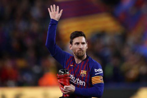 Ο Λιονέλ Μέσι χαιρετά τους φίλους της Μπαρτσελόνα μετά την κατάκτηση του βραβείου του καλύτερου παίκτη της La Liga