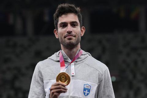 Ο Μίλτος Τεντόγλου με το χρυσό μετάλλιο