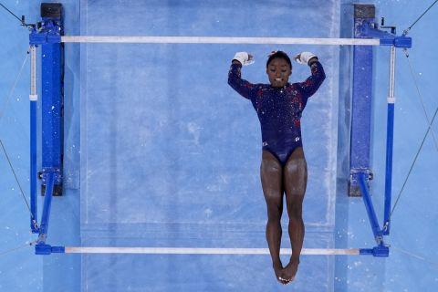 Η Σιμόν Μπάιλς σε προσπάθειά της στους ασύμμετρους ζυγούς στα προκριματικά της ενόργανης γυμναστικής στους Ολυμπιακούς Αγώνες 2020, Τόκιο | Κυριακή 25 Ιουλίου 2021