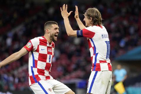 Μόντριτς και Κόβασιτς πανηγυρίζουν τη νίκη της Κροατίας επί της Σκωτίας και την πρόκρισή της στη νοκ-άουτ φάση του Euro 2020