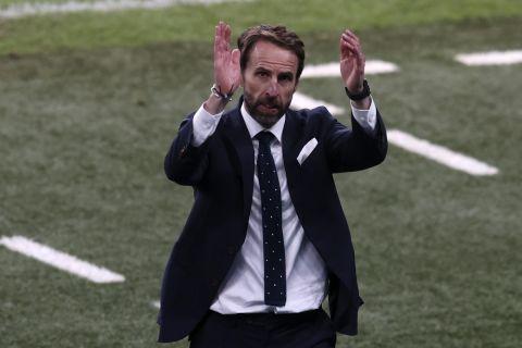 Ο Γκάρεθ Σάουθγκεϊτ χειροκροτεί τους φιλάθλους της Αγγλίας μετά την πρόκριση των τριών λιονταριών στον τελικό του Euro 2020   7 Ιουλίου 2021