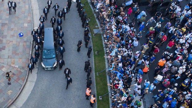 Η νεκροφόρα που μεταφέρει τη σορό του Ντιέγκο Μαραντόνα οδηγείται στο κοιμητήριο
