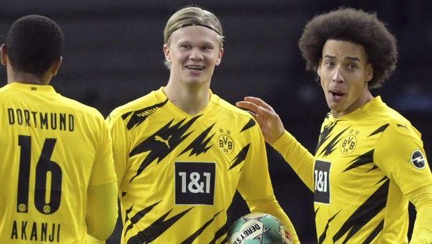 Ο Χάλαντ πανηγυρίζει με τους συμπαίκτες του το γκολ που σημείωσε σε αγώνα της Ντόρτμουντ