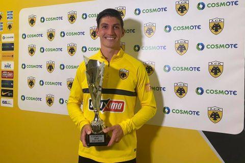 Ο Τσούμπερ βραβεύεται ως MVP στον αγώνα της ΑΕΚ με τον Ιωνικό
