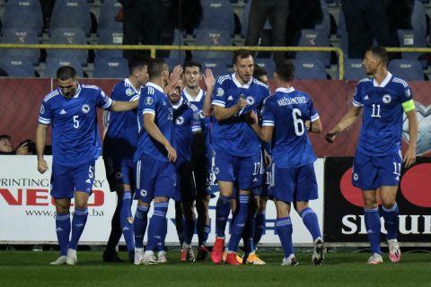 Οι παίκτες της Βοσνίας πανηγυρίζουν γκολ απέναντι στη Βόρεια Ιρλανδία στα playoffs του Euro.