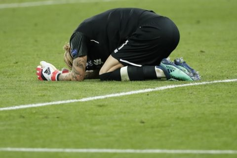 Liverpool goalkeeper Loris Karius kneels on the pitch at the end of the Champions League Final soccer match between Real Madrid and Liverpool at the Olimpiyskiy Stadium in Kiev, Ukraine, Saturday, May 26, 2018. (AP Photo/Pavel Golovkin)