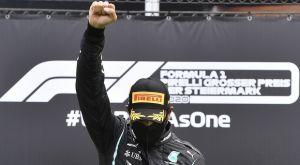 Formula 1: Με υψωμένη γροθιά πανηγύρισε ο Λιούς Χάμιλτον