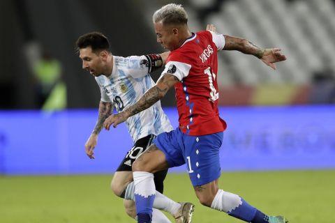 Ο Λιονέλ Μέσι σε μονομαχία με τον Εντουάρντο Βάργκας στην αναμέτρηση της Χιλής με την Αργεντινή στο Copa America