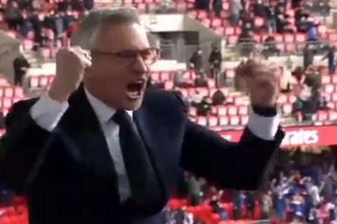 Ο Γκάρι Λίνεκερ πανηγυρίζει το γκολ του Τίλεμανς στον τελικό του Κυπέλλου Αγγλίας κόντρα στην Τσέλσι