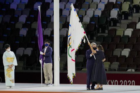 Η παράδοση της σκυτάλης στο Παρίσι, όπου θα διεξαχθούν οι Ολυμπιακοί Αγώνες του 2024