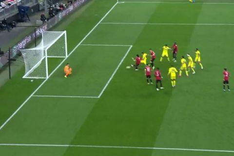 Ο Έντινσον Καβάνι σκοράρει στον τελικό του Europa League
