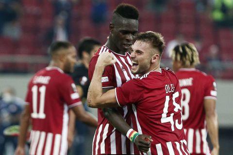 Ο Σισέ πανηγυρίζει με τον Ρέαμπτσουκ στο Europa League κόντρα στην Αντβέρπ