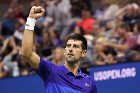 Ο Νόβακ Τζόκοβιτς πανηγυρίζει μετά τη νίκη του επί του Αμερικάνου Μπρούκσμπι και την πρόκριση στα προημιτελικά του US Open