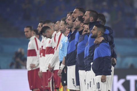 Οι παίκτες της Ιταλίας και της Τουρκίας είναι παραταγμένοι πριν την έναρξη του πρώτου αγώνα του Euro 2020 (11 Ιουλίου 2021)