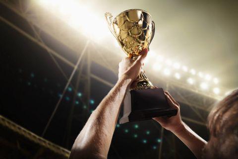 Athlete holding trophy cup model released, Symbolfoto, 11.10.2020, Copyright: xXiXinXingx Panthermedia21998625