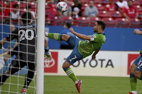 Ο Ρόλνταν του Σιατλ απέναντι στον γκολκίπερ του Ντάλας, Μάουρερ σε ματς πρωταθλήματος της MLS