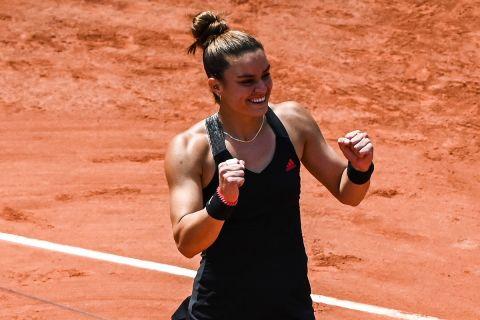 Η Μαρία Σάκκαρη πανηγυρίζει τη νίκη της επί της Σβιόντεκ στο Roland Garros | 9 Ιουνίου 2021