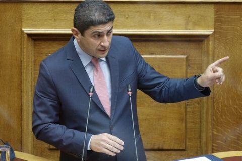 Ο Υφυπουργός Πολιτισμού και Αθλητισμού, Λευτέρης Αυγενάκης, κατά τη διάρκεια συζήτησης στην Ολομέλεια της Βουλής