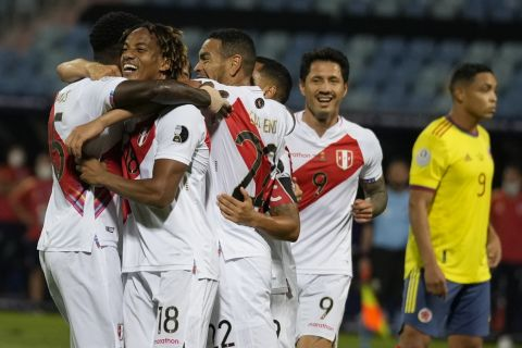 Οι παίκτες του Περού πανηγυρίζουν κόντρα στην Κολομβία