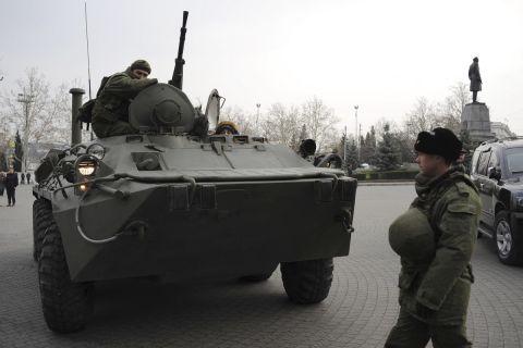 Άρμα μάχης και Ρώσοι στρατιώτες στη Σεβαστούπολη της Κριμαίας το 2014