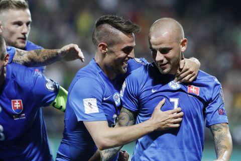 Βλάντιμιρ Βάις και Ρόμπερτ Μακ πανηγυρίζουν γκολ του πρώτου με τη φανέλα της εθνικής Σλοβακίας