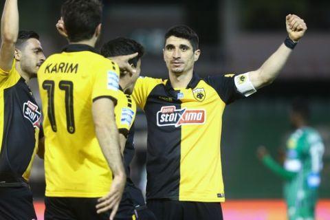 Οι παίκτες της ΑΕΚ πανηγυρίζουν το γκολ του Μάνταλου
