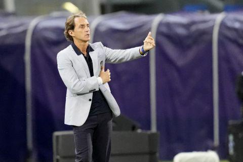 Ο Ρομπέρτο Μαντσίνι δίνει οδηγίες στους παίκτες της Ιταλίας