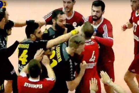 Μπουνιές μεταξύ παικτών στον τελικό Ολυμπιακού - ΑΕΚ (VIDEO)