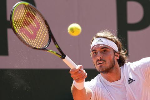 O Στέφανος Τσιτσιπάς στην αναμέτρηση με τον Αλεξάντερ Ζβέρεφ για τα ημιτελικά του Roland Garros (11 Ιουνίου 2021)