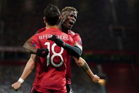 """Ο Μπρούνο Φερνάντες της Μάντσεστερ Γιουνάιτεντ πανηγυρίζει με τον Πολ Πογκμπά γκολ που σημείωσε κόντρα στη Ρόμα για τα ημιτελικά του Europa League 2020-2021 στο """"Ολντ Τράφορντ"""", Μάντσεστερ   Μεγάλη Πέμπτη 29 Απριλίου 2021"""