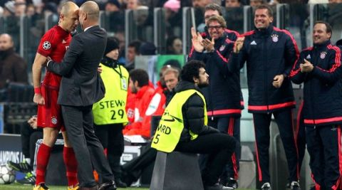 TURIN, ITALY - FEBRUARY 23:  Arjen Robben (L) of FC Bayern Muenchen celebrates his goal with his coach Josep Guardiola (R) during the UEFA Champions League Round of 16 first leg match between Juventus and FC Bayern Muenchen at Juventus Arena on February 23, 2016 in Turin, Italy.  (Photo by Marco Luzzani/Getty Images)