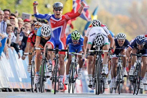 Ο Μαρκ Κάβεντις κερδίζει το παγκόσμιο πρωτάθλημα του 2011 στην Κοπεγχάγη της Δανίας. Δεξιά του ο δεύτερος, Μάθιου Γκος (25/9/2011).