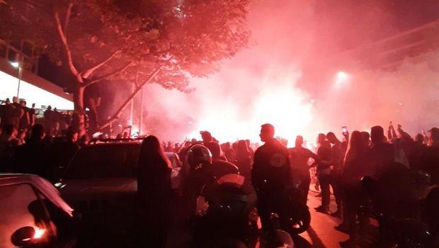 Χαμός έξω από το Μακεδονία Παλλάς, αποθέωση για τους παίκτες του ΠΑΟΚ