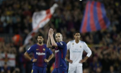 Barcelona's Andres Iniesta applauds the fans after being substitued during a Spanish La Liga soccer match between Barcelona and Real Madrid, dubbed 'el clasico', at the Camp Nou stadium in Barcelona, Spain, Sunday, May 6, 2018. (AP Photo/Manu Fernandez)
