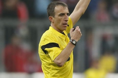 Referee Fernandez Borbalan gestures during the Champions League group D soccer match between FC Bayern Munich and Manchester City, in Munich, southern Germany, Tuesday, Dec. 10, 2013. (AP Photo/Matthias Schrader)