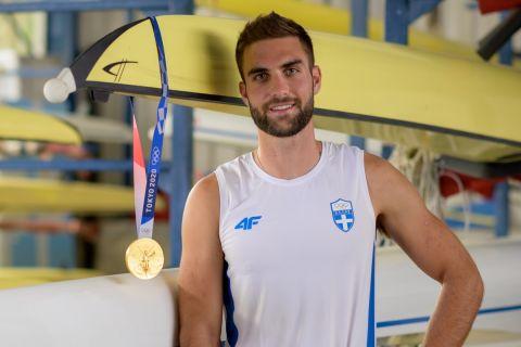 Ο Στέφανος Ντούσκος και το χρυσό μετάλλιο κρεμασμένο σε ένα από τα σκάφη στα Ιωάννινα
