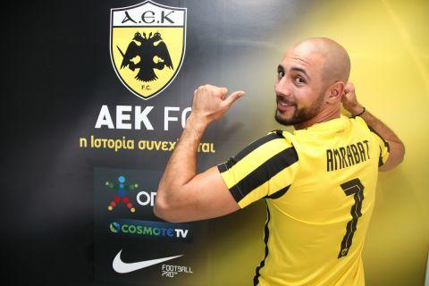 Ο Νορντίν Αμραμπάτ με τη φανέλα της ΑΕΚ λίγο μετά την ανακοίνωση της μεταγραφής του | 16 Αυγούστου 2021