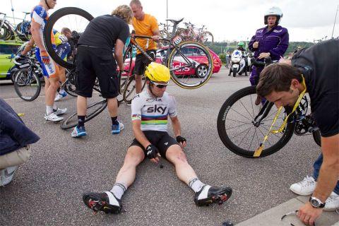 Ο Μαρκ Κάβεντις στο οδόστρωμα μετά από πτώση στο 4ο ετάπ του Γύρου Γαλλίας (4/7/2012).