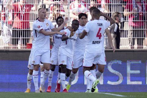 Οι παίκτες της Λεβερκούζεν πανηγυρίζουν το γκολ της ισοφάρισης κόντρα στην Ουνιόν