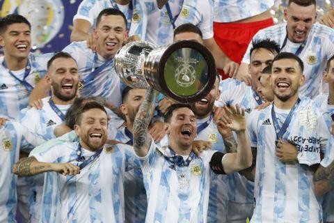 Ο Λιονέλ Μέσι σηκώνει το τρόπαιο του Copa Libertadores μετά τον τελικό απέναντι στη Βραζιλία.