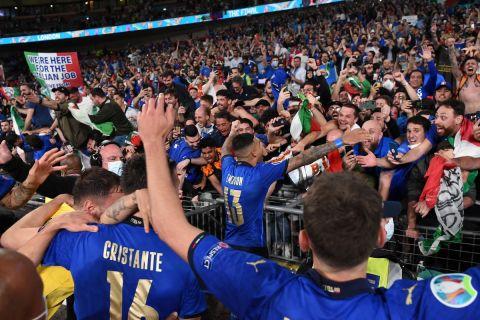 Οι παίκτες της εθνικής Ιταλίας πανηγυρίζουν με τους φιλάθλους μετά την κατάκτηση του EURO 2020