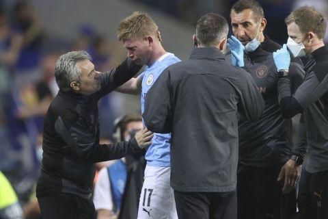 Ο Κέβιν Ντε Μπρόινε αποχωρεί τραυματίας κατά τη διάρκεια του τελικού του Champions League απέναντι στην Τσέλσι (29 Μαΐου 2021)
