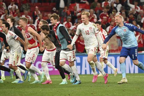 """Οι παίκτες της Δανίας πανηγυρίζουν την πρόκριση στους """"16"""" του Euro 2020"""
