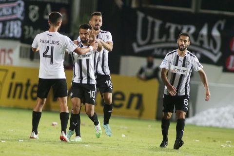 Οι παίκτες του ΟΦΗ πανηγυρίζουν γκολ κόντρα στον ΠΑΟΚ για την 5η αγωνιστική της Super League Interwetten.