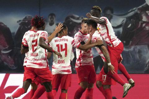 """Οι παίκτες της Λειψίας πανηγυρίζουν γκολ που σημείωσαν κόντρα στη Στουτγκάρδη για την Bundesliga 2021-2022 στη """"Ρεντ Μπουλ Αρένα"""", Λειψία   Παρασκευή 19 Αυγούστου 2021"""