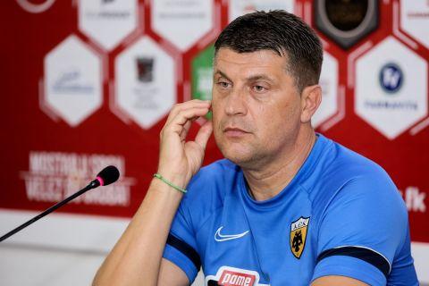 Ο Βλάνταν Μιλόγεβιτς στη συνέντευξη τύπου στο παιχνίδι με τη Βελέζ Μόσταρ